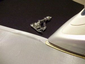 Выполнение московского шва с помощью лапки для потайной строчки